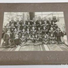 Fotografía antigua: FOTOGRAFIA DE CLASE DE COLEGIO DE NIÑAS, AÑO 1900/1910 APROX, NO LOCALIZADA, MIDE 22 X 17 CMS.. Lote 164653662