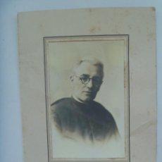 Fotografía antigua: FOTO DE ESTUDIO DE SACERDOTE, RELIGIOSO, 1945 . DE DUARTE , OVIEDO ... 15 X 23 CM. Lote 164901562