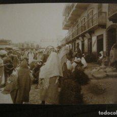 Fotografía antigua: TETUAN-ZOCO EN PLAZA ESPAÑA-SASTRERIA & BARBERIA-FOTOGRAFIA ALBUMINA ANTIGUA-VER FOTOS-(V-17.075). Lote 165252282