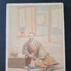 Fotografía antigua: MANILA FILIPINAS HACIA 1890 RETRATO HOMBRE ESPAÑOL CON VESTIDO ORIENTAL ALBUMINA ILUMINADA 11 X 16 . Lote 165653374