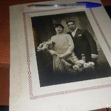Fotografía antigua: NOVIOS, ALBUMINA MONTADA SOBRE CARTON, J. FONT DE LERIDA, 26 X 21 CM. Lote 166306310