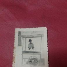 Fotografía antigua: FOTO ANTIGUA CARRITO DE HELADOS LA IBENSE.. Lote 166476438