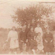 Fotografía antigua: MUY ANTIGUA FOTOGRAFÍA ALBÚMINA GRUPO FAMILIAR, NIÑO COMUNIÓN CON GRAN SOMBRERO. 1900-10 CB. Lote 167960348
