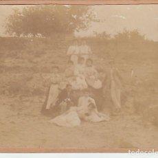 Fotografía antigua: MUY ANTIGUA FOTOGRAFÍA ALBÚMINA GRUPO FAMILIAR, DELANTALES Y SOMBREROS. EN EL CAMPO. 1900-10 CB. Lote 167961176