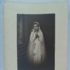 Fotografía antigua: PRECIOSA DE FOTO ESTUDIO DE NIÑA DE PRIMERA COMUNION. DE ARELLANO, SEVILLA ( FIRMADA )... 17 X 23 CM. Lote 168319432