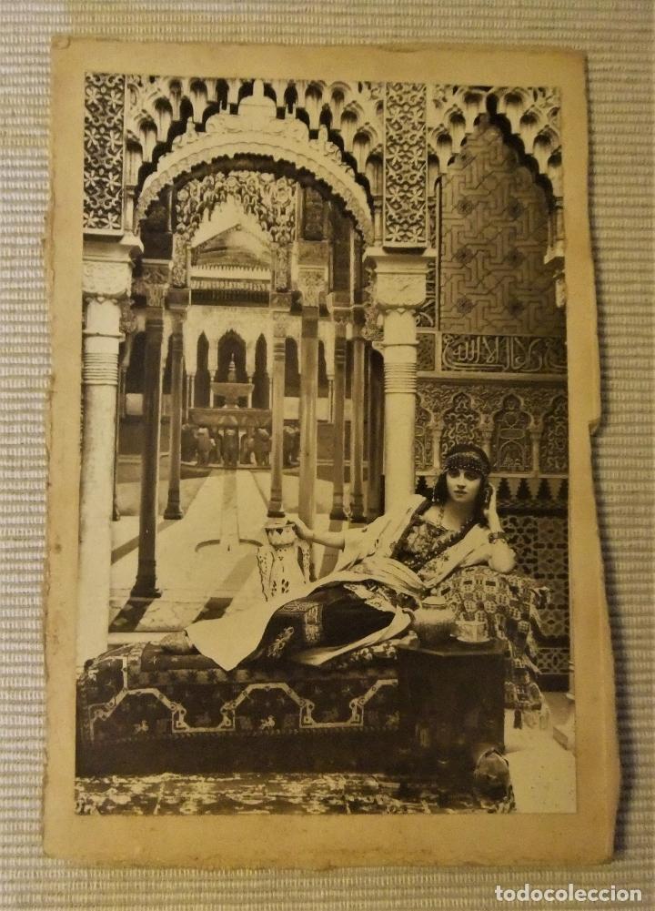 Fotografía antigua: FOTOGRAFIA DE MUJER EN LA ALHAMBRA DE GRANADA CON MARCO DE PIEL - Foto 2 - 168627692