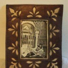 Fotografía antigua: FOTOGRAFIA DE MUJER EN LA ALHAMBRA DE GRANADA CON MARCO DE PIEL . Lote 168627692