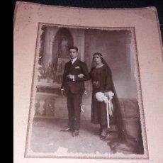 Fotografía antigua: GRAN FOTOGRAFIA MATRIMONIO BODA NOVIOS VESTIDOS DE NEGRO ANTIGUA VINTAGE GRANDE PRECIOSA. Lote 168640320
