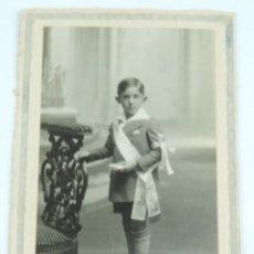 Fotografía antigua: FOTOGRAFIA DE NIÑO REALIZANDO SU PRIMERA COMUNION, MIDE 14,5 X 10 CMS. NO PONE FOTOGRAFO.. Lote 169292096