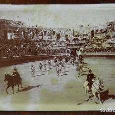 Fotografía antigua: FOTOGRAFIA ALBUMINA 1899, PLAZA DE TOROS DE NIMES (FRANCIA) CORRIDA DE GUERRA, CONEJO, MONTES, FUE U. Lote 169528092