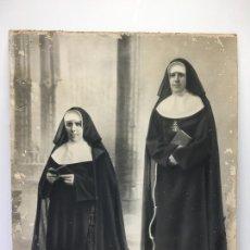Fotografía antigua: ANTIGUA FOTOGRAFIA DE 2 MONJAS , GRAN TAMAÑO 58 X 48,50 CMS.. Lote 170055928