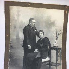 Fotografía antigua: ANTIGUA FOTOGRAFIA DE MATRIMONIO , GRAN TAMAÑO 47 X 64 CMS.. Lote 170056360