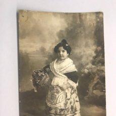 Photographie ancienne: FALLAS. VALENCIA. FOTOGRAFÍA J. DERREY. NIÑA CON ATUENDO FALLERO. TRAJE REGIONAL (H.1900?). Lote 170233445