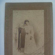 Fotografía antigua: PRECIOSA FOTO DE ESTUDIO DE SEÑORITA POSANDO, 1902. DE TALLER FOTO-PICTORICO, MADRID.. 15 X 21 CM. Lote 170992178