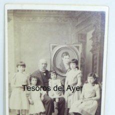 Fotografía antigua: FOTOGRAFIA ALBUMINA DE FAMILIA AL COMPLETO, INCLUIDA LA MADRE FALLECIDA (MUERTA, MUERTE) EN EL CUADR. Lote 171002298