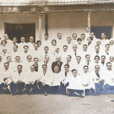 Fotografía antigua: MÉDICOS Y ENFERMERAS EN PATIO DE HOSPITAL, SANATORIO... ¿SEVILLA?. Lote 171327027