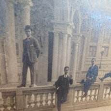 Fotografía antigua: FOTOGRAFIA DE HOMBRES SUBIDOS A UNA REPISA ENMARCADA CON MARCO EPOCA MODERNISTA. Lote 171576965