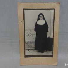 Fotografía antigua: ANTIGUA FOTOGRAFÍA RETRATÓ MONJA AÑO 1958 . Lote 172239923