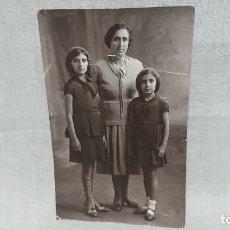 Fotografía antigua: ANTIGUA FOTOGRAFÍA RETRATÓ FAMILIA DE ÉPOCA . Lote 172241960