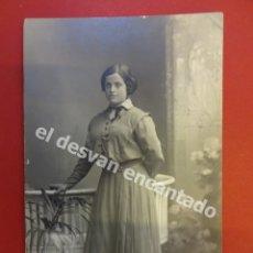 Fotografía antigua: ANTIGUA FOTO DAMA POSANDO EN ESTUDIO BARO FOTÓGRAFO. BARCELONA. Lote 172334594