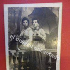 Fotografía antigua: ANTIGUA FOTO DAMAS POSANDO EN ESTUDIO ALONSO FOTÓGRAFO. BARCELONA. Lote 172334794