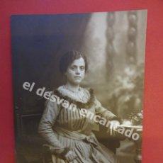 Fotografía antigua: ANTIGUA FOTO DAMA POSANDO EN ESTUDIO BARO FOTÓGRAFO. BARCELONA. Lote 172334888