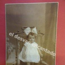 Fotografía antigua: ANTIGUA FOTO NIÑA POSANDO EN ESTUDIO RAPHAEL FOTÓGRAFO. BARCELONA. Lote 172335275
