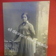 Fotografía antigua: ANTIGUA FOTO DAMA POSANDO EN ESTUDIO BARO FOTÓGRAFO. BARCELONA. Lote 172335314