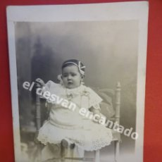 Fotografía antigua: ANTIGUA FOTO BEBE POSANDO EN ESTUDIO FABREGAT FOTÓGRAFO. BARCELONA. Lote 172335437