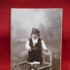 Fotografía antigua: ANTIGUA FOTO DE ESTUDIO EN CARTON DURO - NIÑO CON TRAJE REGIONAL -. Lote 173562323