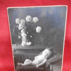 Fotografía antigua: ANTIGUA FOTO DE ESTUDIO EN CARTON DURO - NIÑO RECOSTADO EN SILLON -. Lote 173563047
