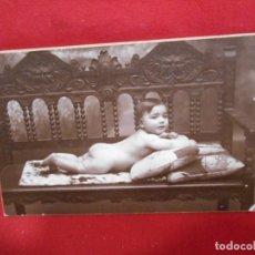 Fotografía antigua: ANTIGUA FOTO DE ESTUDIO EN CARTON DURO - NIÑO TUMBADO BOCA ABAJO EN SILLON -. Lote 173563282