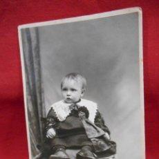 Fotografía antigua: ANTIGUA FOTO DE ESTUDIO EN CARTON DURO - NIÑO SENTADO EN SILLON -. Lote 173563475