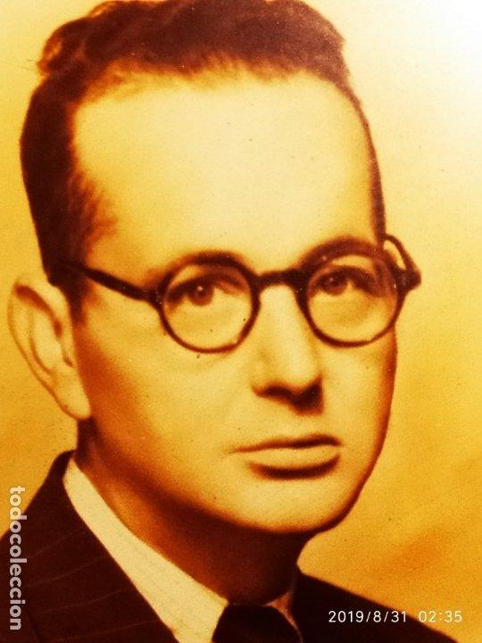 Fotografía antigua: FOTOGRAFÍA ANTIGUA HOMBRE INTELECTUAL MUJER MANTILLA VINTAGE PRECIOSO GRAN MARCO TERCIOPELO AZUL - Foto 3 - 175640017