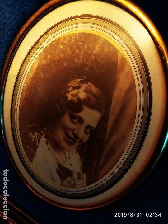 Fotografía antigua: FOTOGRAFÍA ANTIGUA HOMBRE INTELECTUAL MUJER MANTILLA VINTAGE PRECIOSO GRAN MARCO TERCIOPELO AZUL - Foto 4 - 175640017