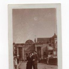Fotografía antigua: PUERTA DEL PUENTE.(CÓRDOBA). AL FONDO TORRE DE LA MEZQUITA. 11,5 X 7,5 CM. Lote 175800455