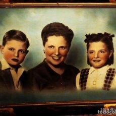 Fotografía antigua: GRAN FOTOGRAFÍA MARCO COLOREADA MADRE CON HIJOS NIÑA NIÑO MAMÁ. MUJER GUAPA PRECIOSA FAMILIA. Lote 175805158