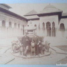 Fotografía antigua: CA. 1870´S * ALHAMBRA DE GRANADA * PATIO DE LOS LEONES CON DOS TURISTAS * ALBUMINA * 23 CM. Lote 176017165