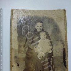 Fotografía antigua: FOTOGRAFÍA ANTIGUA SOBRE CARTÓN. SEÑORA CON BEBÉ. (15 CM X 10,5 CM). Lote 176343249