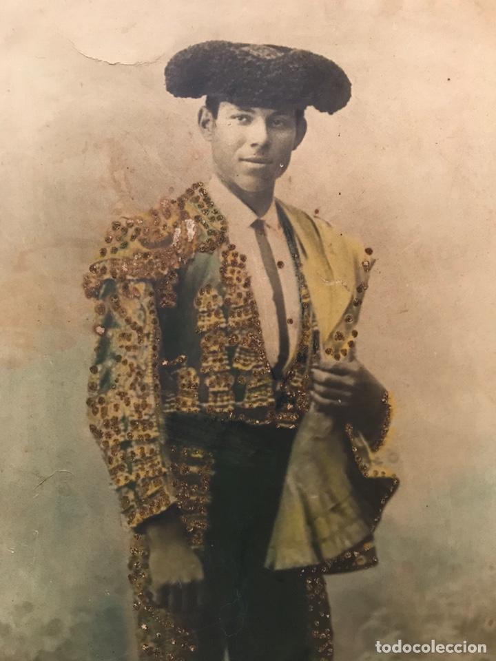 Fotografía antigua: ANTIGUA Y ENORME FOTOGRAFÍA DE UN TORERO DE LA ÉPOCA. 45 x 59 CMS. TAUROMAQUIA. TOROS. Leer descripc - Foto 2 - 176857705