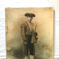 Fotografía antigua: ANTIGUA Y ENORME FOTOGRAFÍA DE UN TORERO DE LA ÉPOCA. 45 X 59 CMS. TAUROMAQUIA. TOROS. TOREO.. Lote 176857705