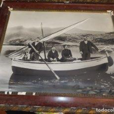 Fotografía antigua: GRAN FOTOGRAFÍA ENMARCADA ANTIGUA FAMILIA EN BARCA CON NOMBRE RARA. Lote 177967678