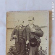 Fotografía antigua: FOTOGRAFIA PADRE E HIJO EN POSE, GABINETE DE FISICA COLEGIO SIGUENZA. Lote 178003378