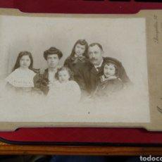 Fotografía antigua: FOTOGRAFÍA GRUPO FAMILIAR. MAESTRE FOTÓGRAFO. BARQUILLO 12 MADRID.. Lote 178214122