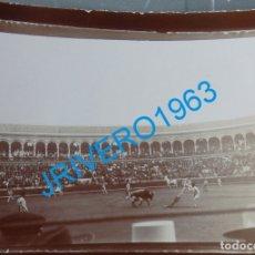 Fotografía antigua: SEVILLA, SIGLO XIX, CORRIDA DE TOROS EN LA REAL MAESTRANZA, 100X70MM. Lote 178261815