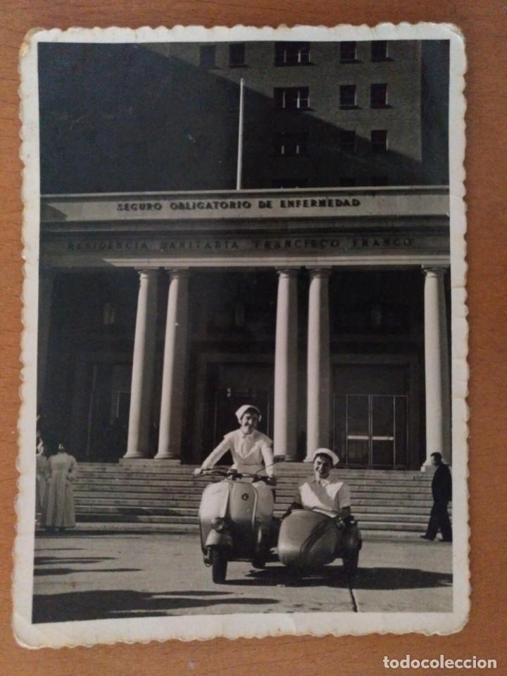 FOTO ENFERMERAS CON MOTO CON SIDECAR DELANTE RESIDENCIA FRANCISCO FRANCO BARCELONA AÑOS 60 (Fotografía Antigua - Albúmina)