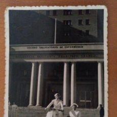 Fotografía antigua: FOTO ENFERMERAS CON MOTO CON SIDECAR DELANTE RESIDENCIA FRANCISCO FRANCO BARCELONA AÑOS 60. Lote 178564855