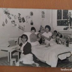 Fotografía antigua: FOTO HOSPITAL CLINICO BARCELONA SALA DE POLIO AÑOS 60 NAVIDAD. Lote 178565005