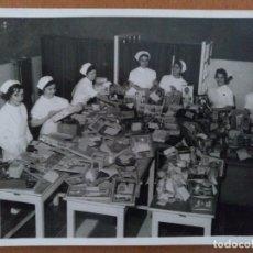 Fotografía antigua: FOTO HOSPITAL CLINICO BARCELONA SALA DE POLIO AÑOS 60 NAVIDAD. Lote 178576757