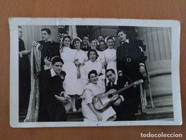 FOTO ENFERMERAS CON LA TUNA DELANTE DEL HOSPITAL CLINICO DE BARCELONA AÑOS 60 (Fotografía Antigua - Albúmina)